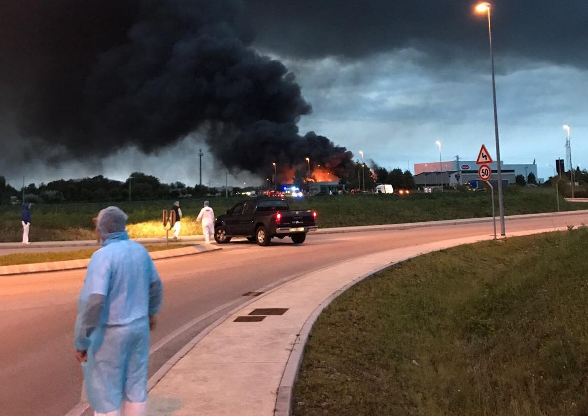 Pordenone, vasto incendio alla Roncadin